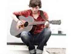 弹吉他,演奏其他古典或民族乐器(坐着)